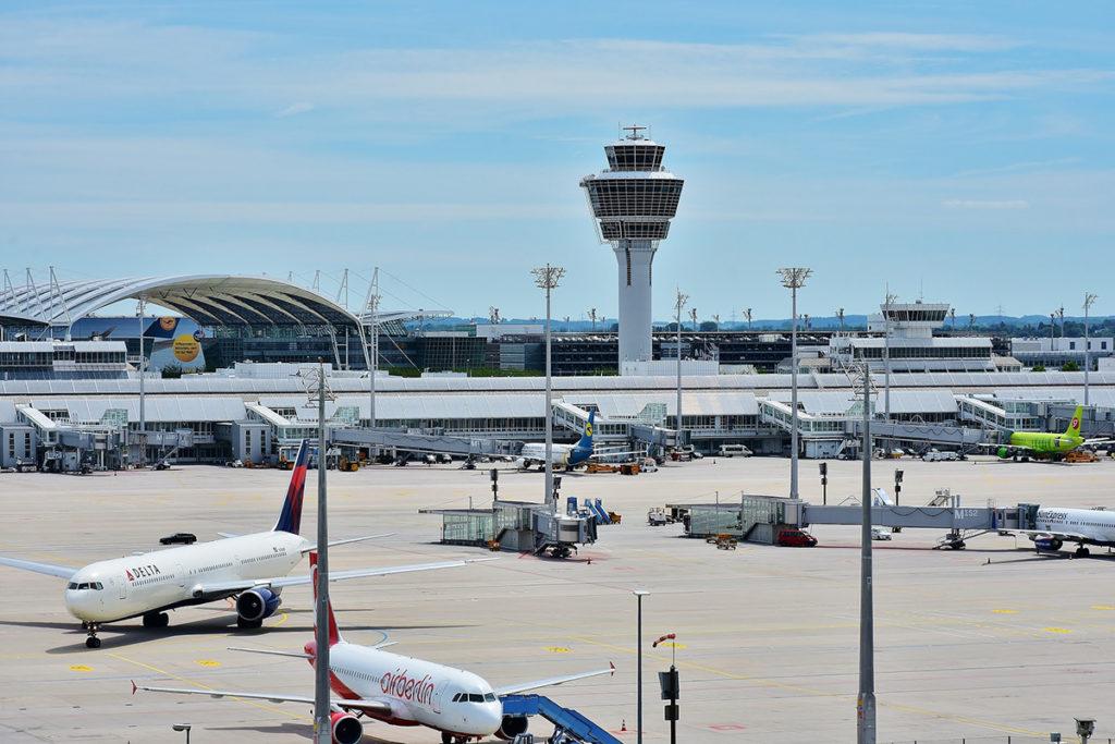 Les grands mâts installés sur les aéroports sont soumis à de nombreuses contraintes. Les zones portuaires, quant à elles, comportent de grands espaces pour le chargement et le stockage des marchandises.
